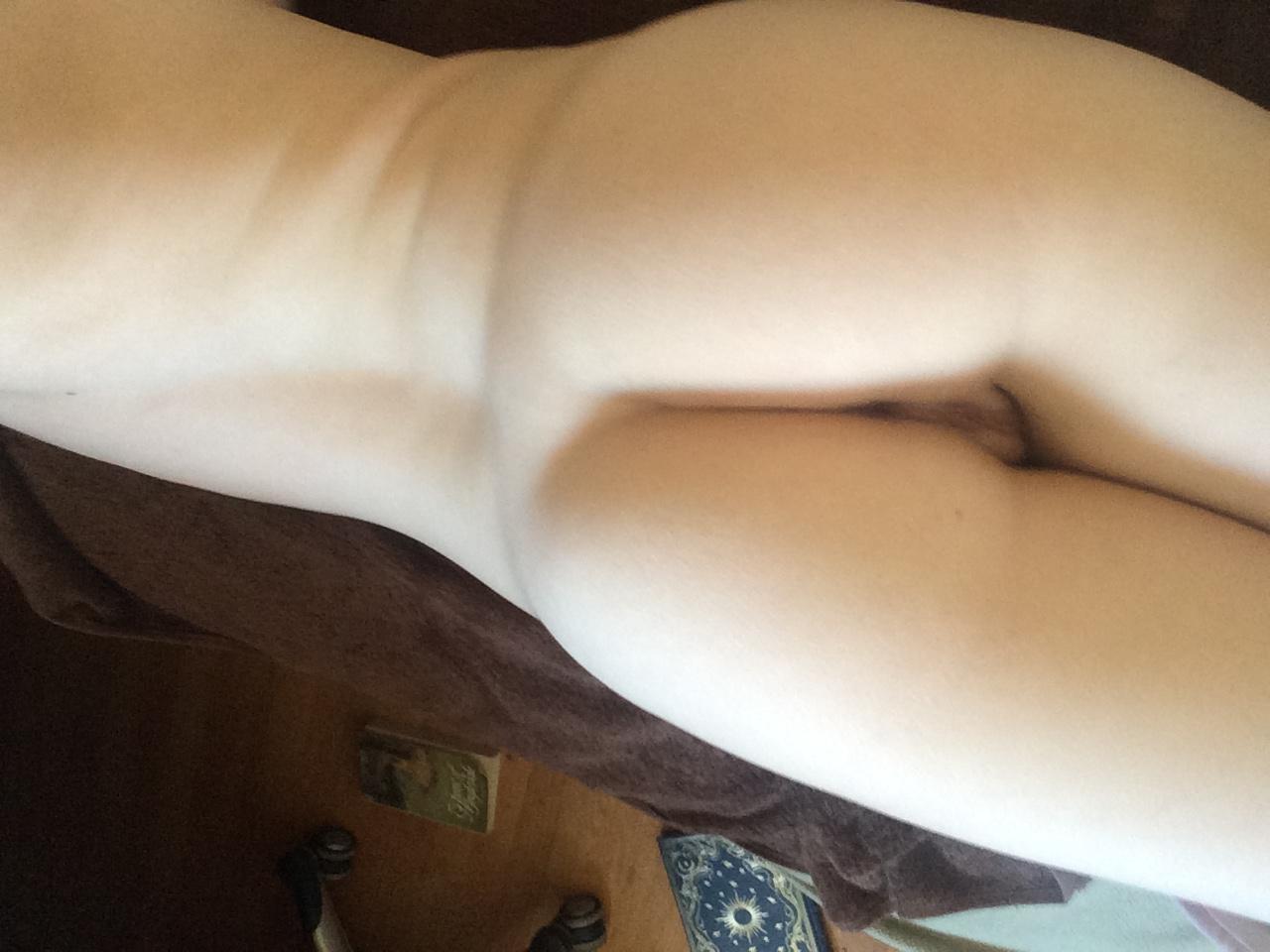 Грудастая девушка позирует перед камерой голышом
