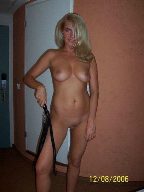 Блондинка сосет ствол партнера и подставляет под него бритую киску