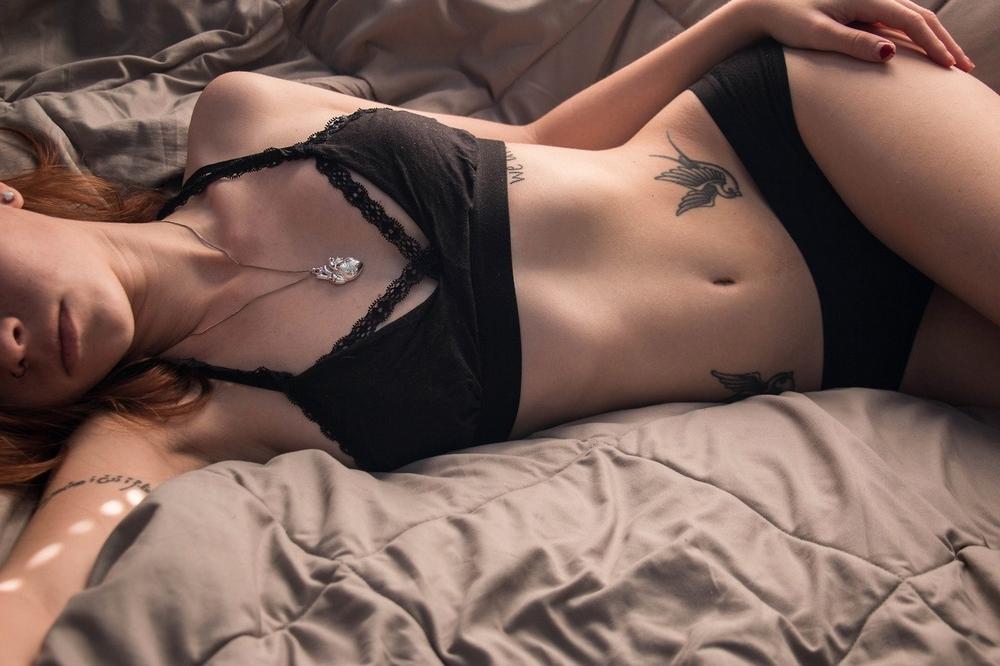 Татуированные девушки обнажают тела перед камерами