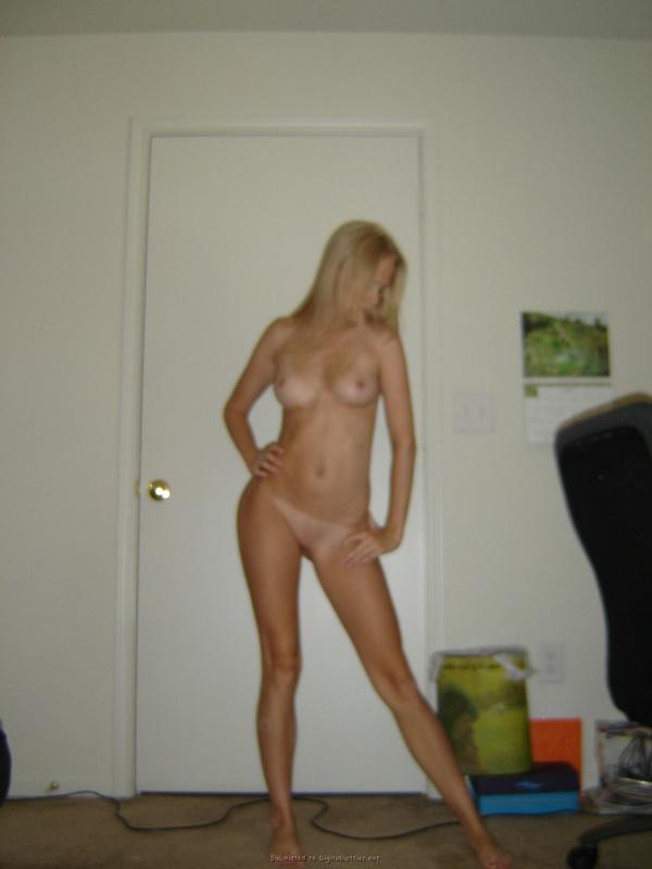 Стройная блондинка разгуливает по дому голышом