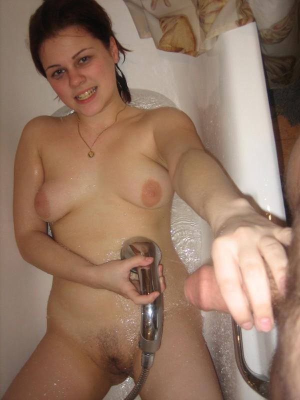 Умелая шалашовка отсосала после ванной