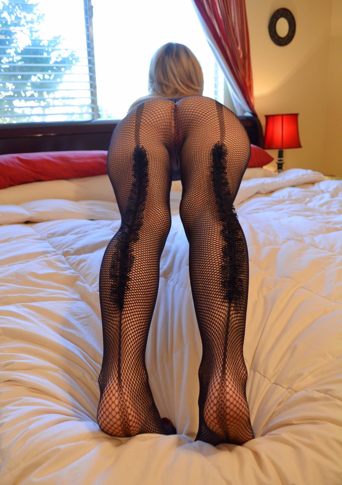 Блондинка в сексуальных чулках засунула в пизду резиновый член