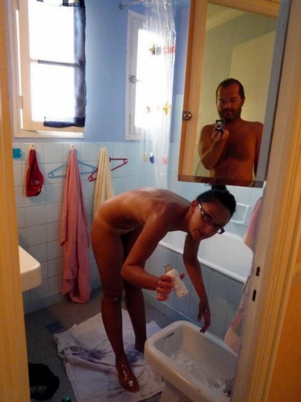 На отдыхе мужик регулярно фотографировал худощавую подругу голышом