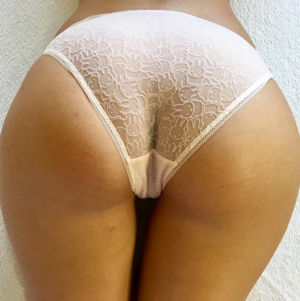Сексапильная девушка с красивым телом занимается с партнером сексом в разных позах