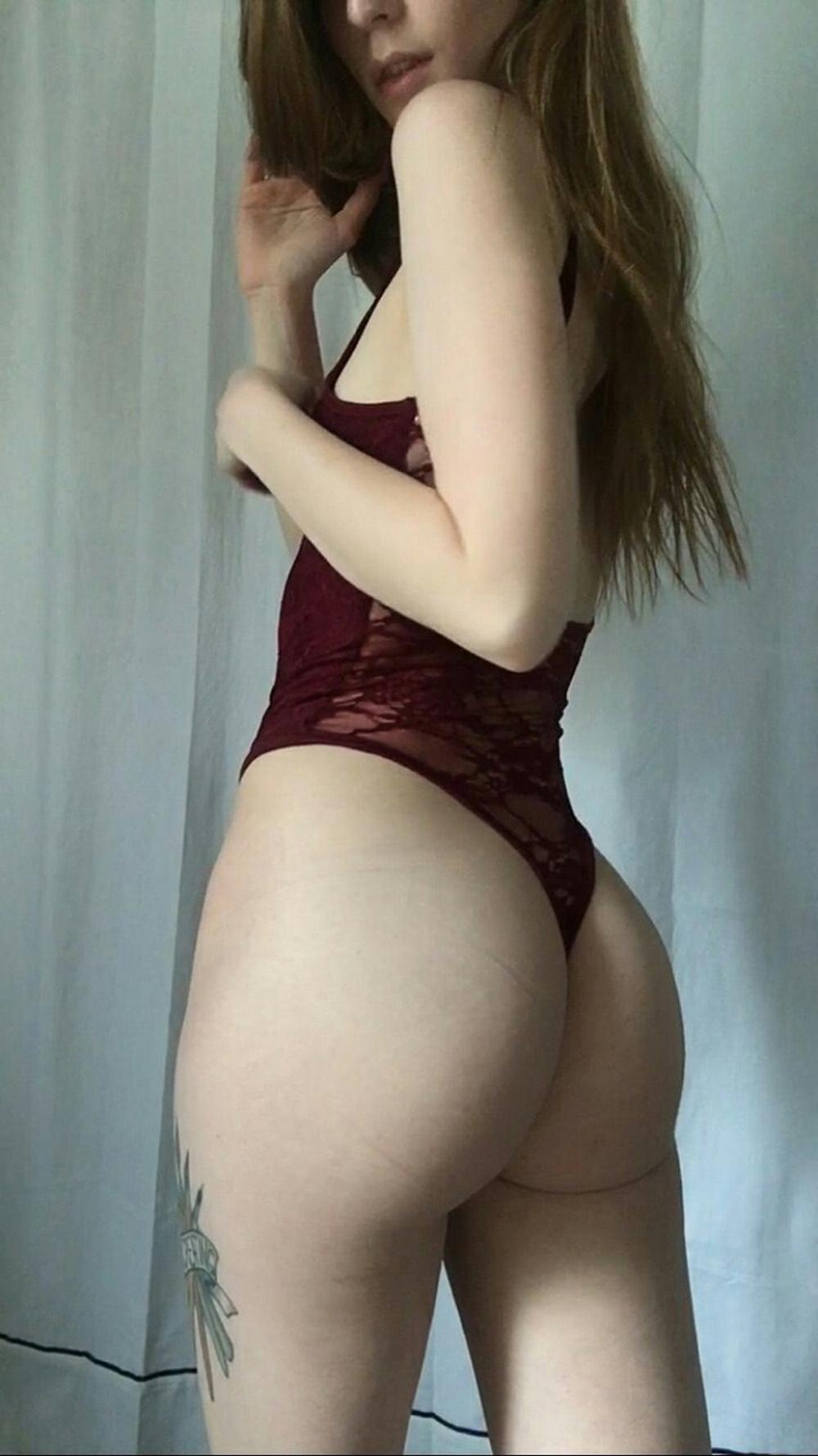 Татуированные девушки в сексуальных нарядах и абсолютно голые