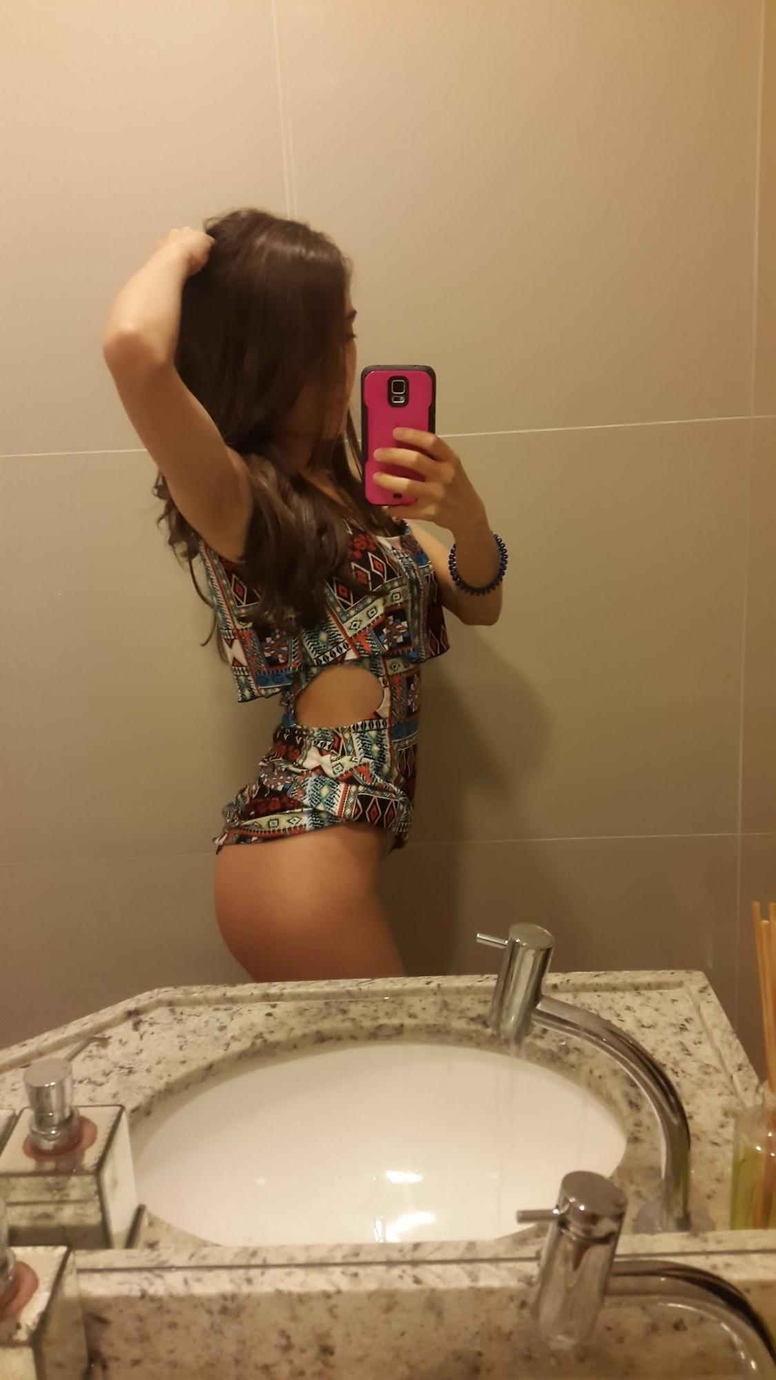 Стройная девка с сексуальным телом показывает попку перед камерой