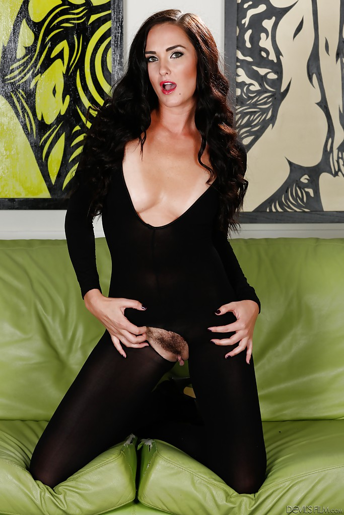 Зрелая брюнетка в сексуальном наряде показывает пизду