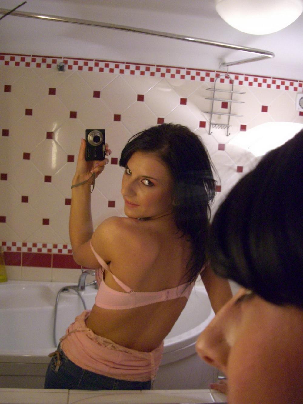 Милая брюнетка фотографирует себя голышом перед зеркалом
