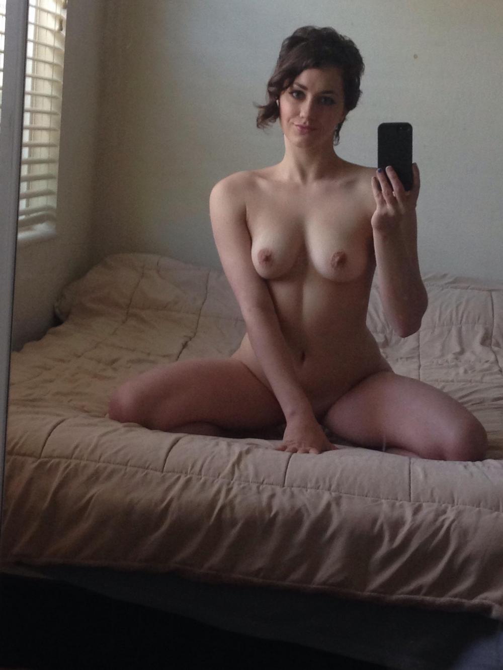 Девушка с красивыми глазами и потрясающим телом позирует голышом