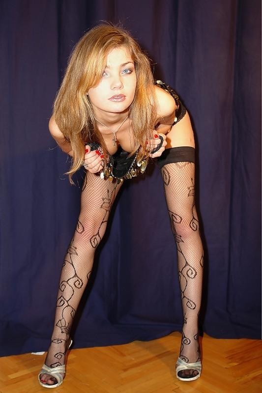 Игривая сучка со стройным телом позирует в черных трусиках и голышом перед камерой