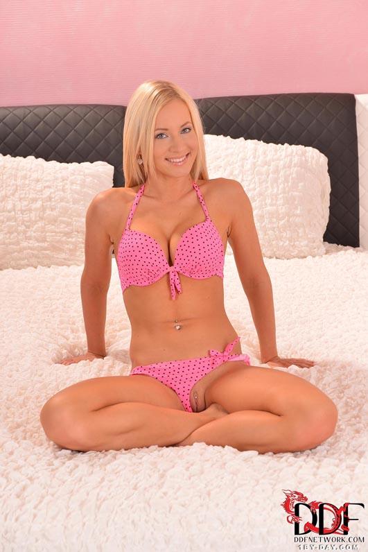 Красивая блондинка в розовом белье показала стриптиз на кровати