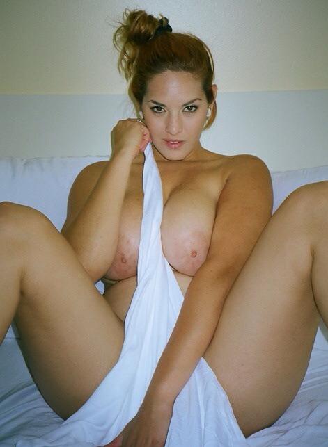 Полные дамы с большими буферами снимают свои голые тела