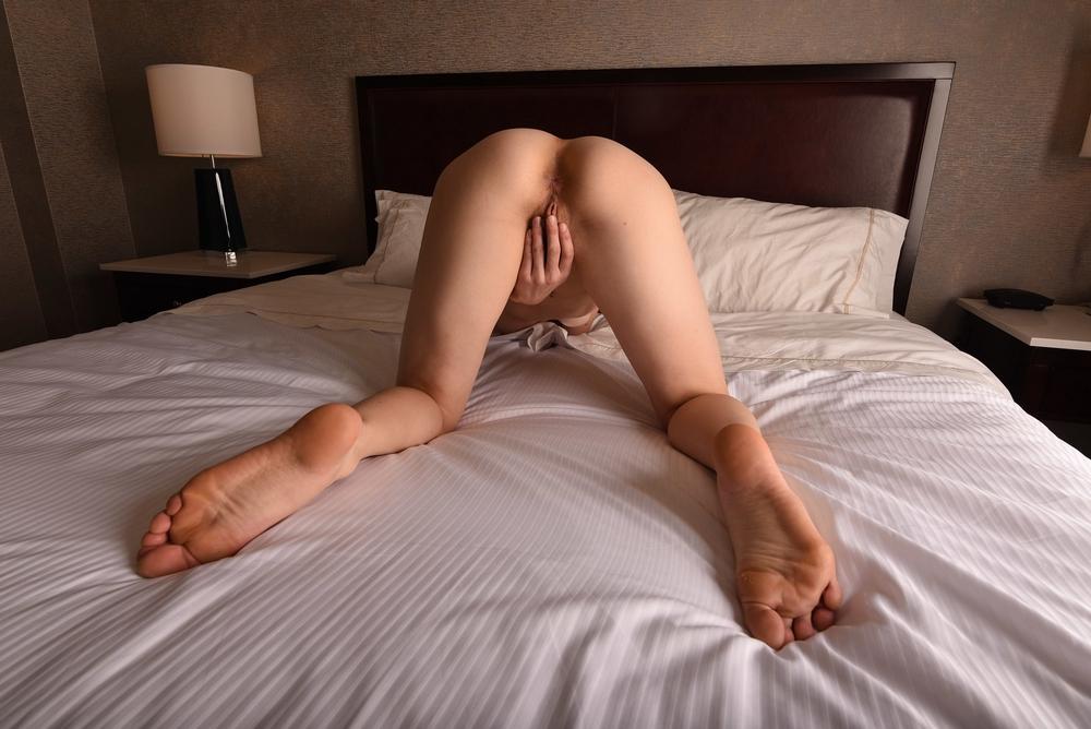 Подкачанная леди показывает стриптиз и трахается с партнером