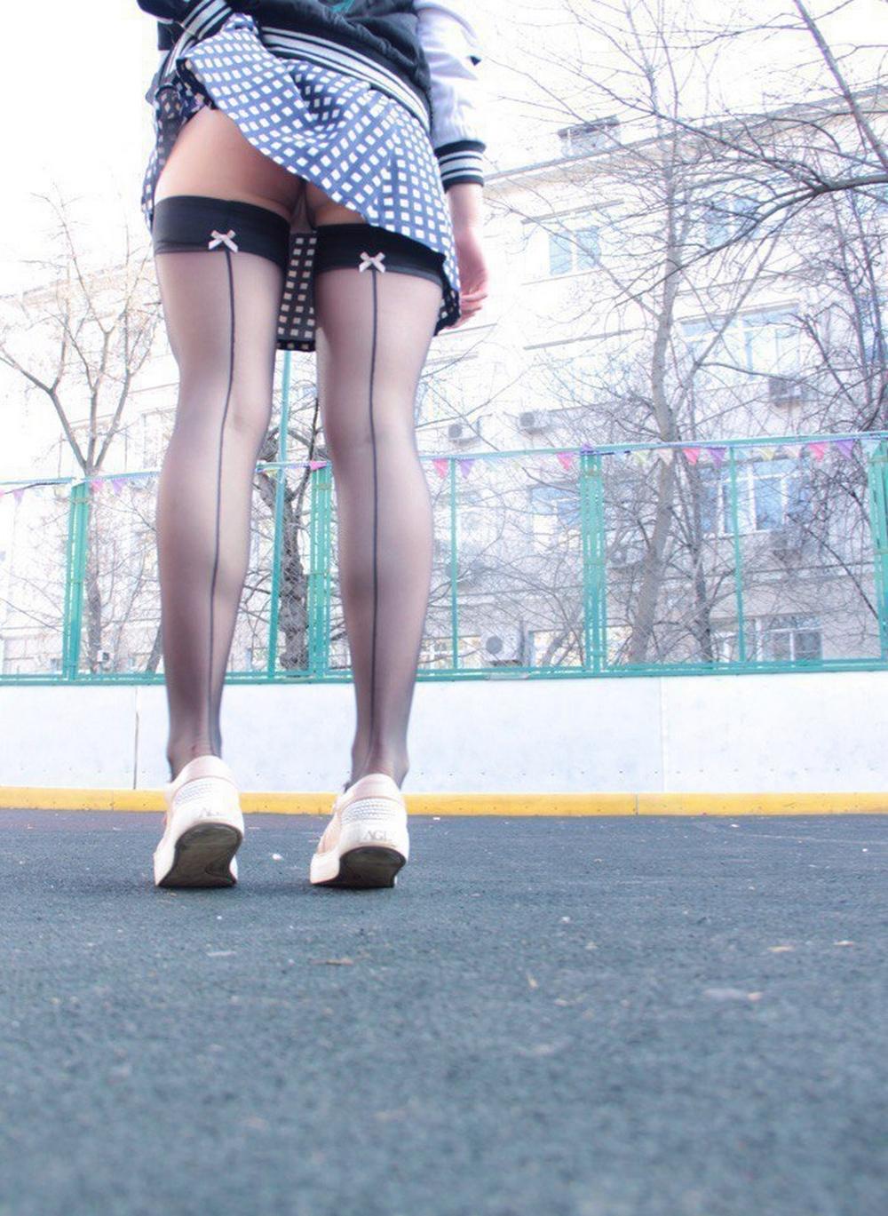 Красотки поднимают юбки, чтобы засветить бритые киски