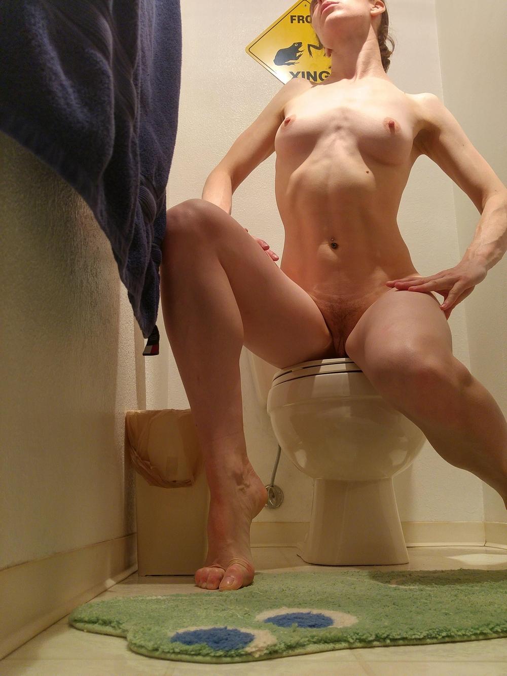 Подтянутая девушка позирует дома в обнаженном виде