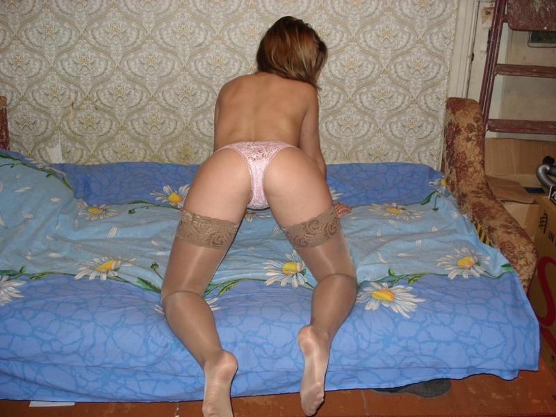 Сучка начала позировать у стены на кровати, прикрывая сиськи