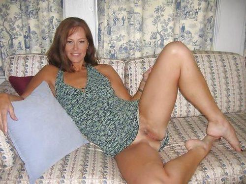 Зрелые дамы раздвигают ноги, чтобы показать влажные дырки