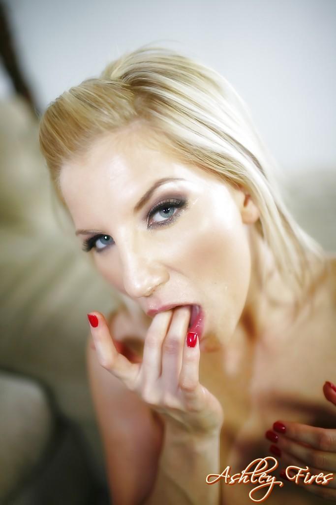 Голая блондинка страстно сосет член партнера