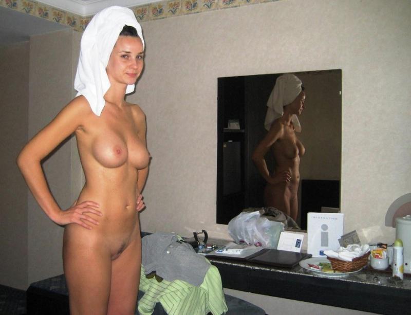 Домашние снимки высокой леди с большими дойками