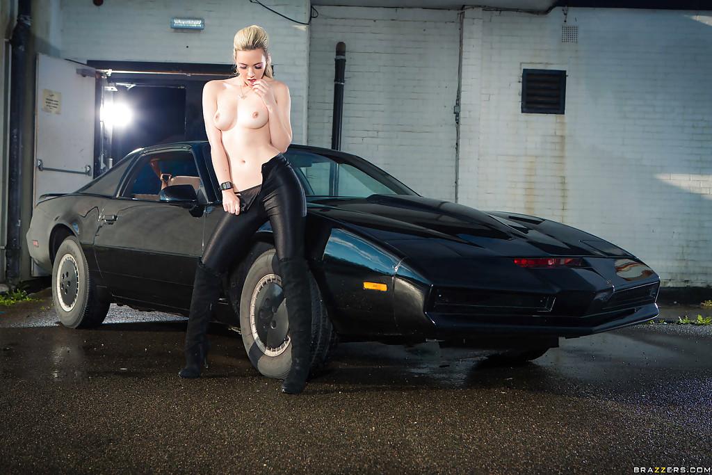 Игривая блондинка позирует голышом в дорогом автомобиля