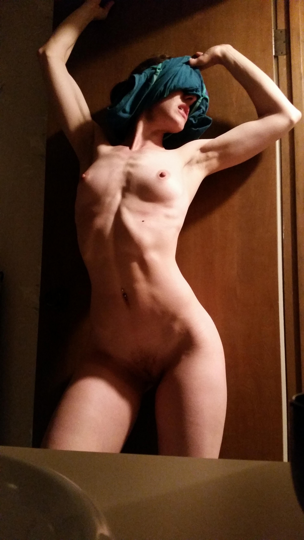 Накачанная телочка с упругими дойками позирует голышом