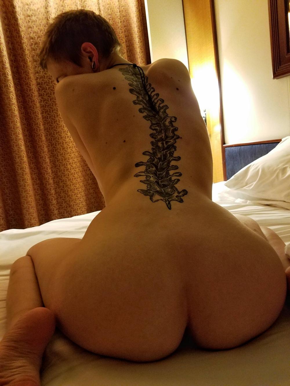 Девушки на кроватях показывают обнаженные части тела