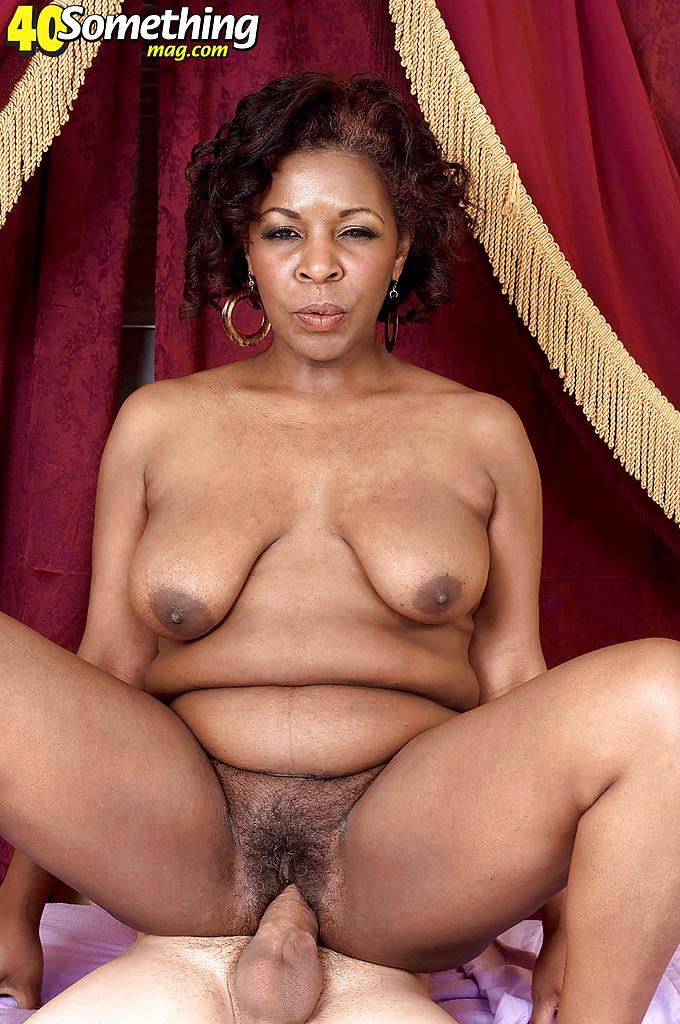 Зрелая негритянка с волосатой писькой отсосала хахалю