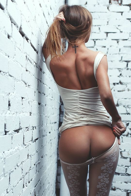 Девушки в чулках и с сексуальной грудью позируют голышом