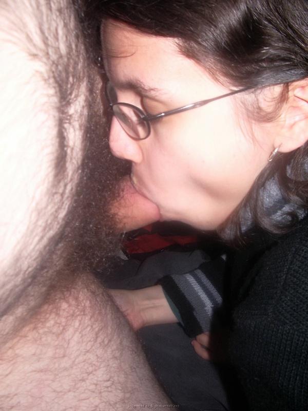 Ботаничка в очках сосет у партнера перед камерой и позирует голышом