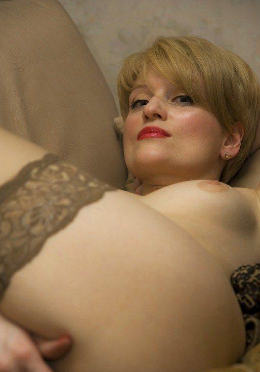 Дама в серых чулках на диване разделась догола