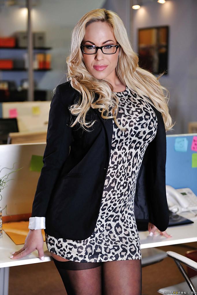 Очкастая милфа в леопардовом платье разделась в офисе