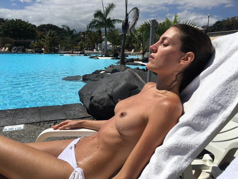 Модельная брюнетка в нижнем белье отдыхает с партнером на курорте