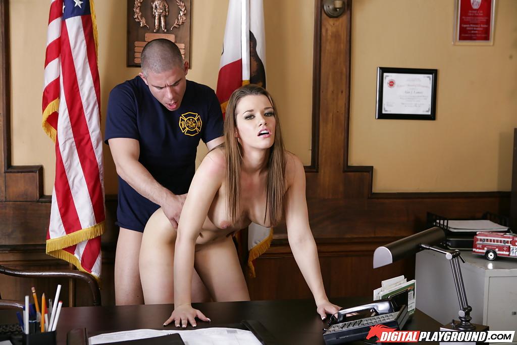 Голая секретарша делает минет начальнику в его кабинете