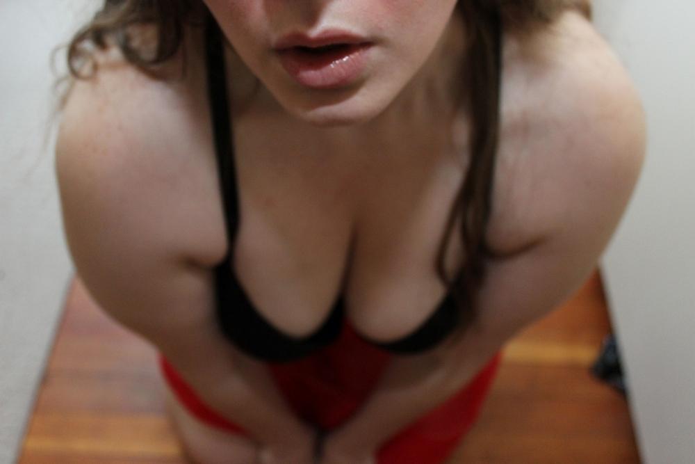 Полная девка перед камерой дрочит пизду