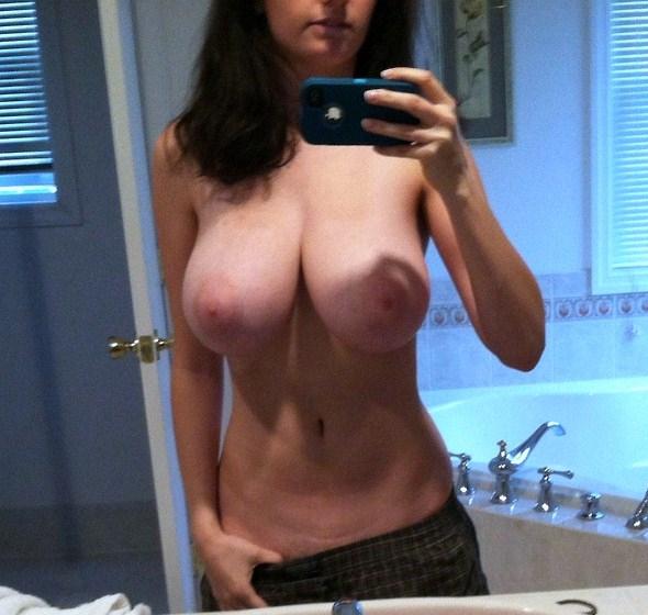 Частная подборка снимков девушек с обнаженной грудью