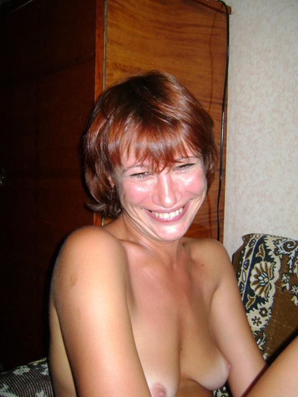 Загорелая мамаша с интимной стрижкой позирует дома обнажённой
