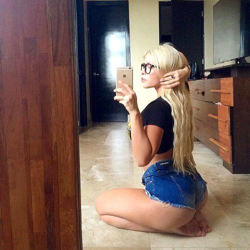 Красивые попки девушек в джинсовых шортиках