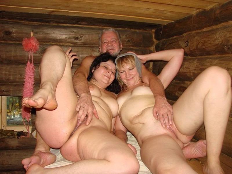 Голые бабы с мужиками отдыхают в парной