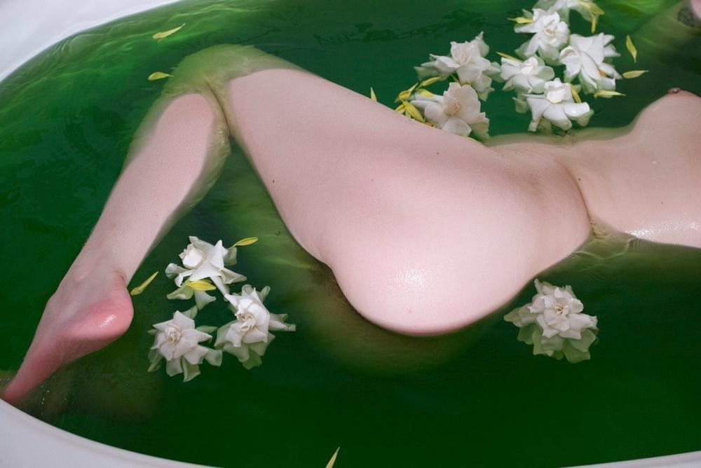 Обнаженные блудницы нежатся в ванной