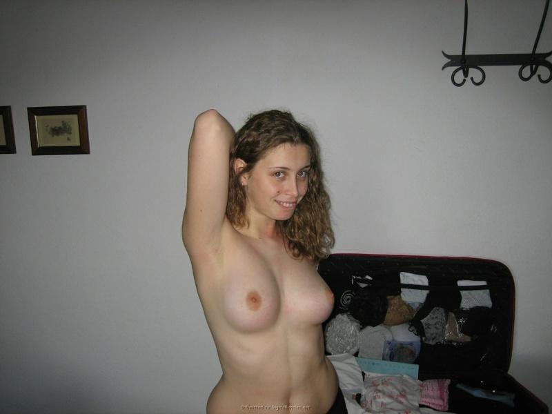 Девка не только позирует голышом перед партнером, но еще и сосет его ствол