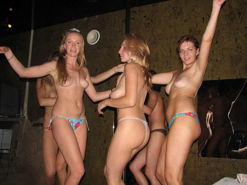 Худенькие девки танцуют стриптиз на пилоне