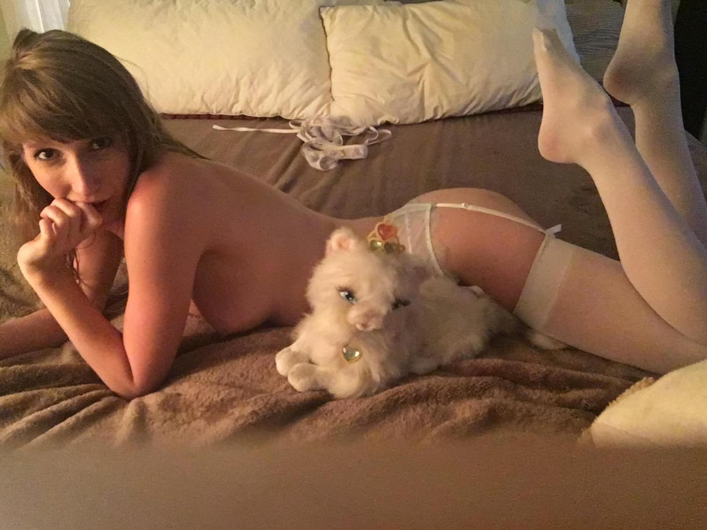 Alice Anne на кровати позирует без одежды
