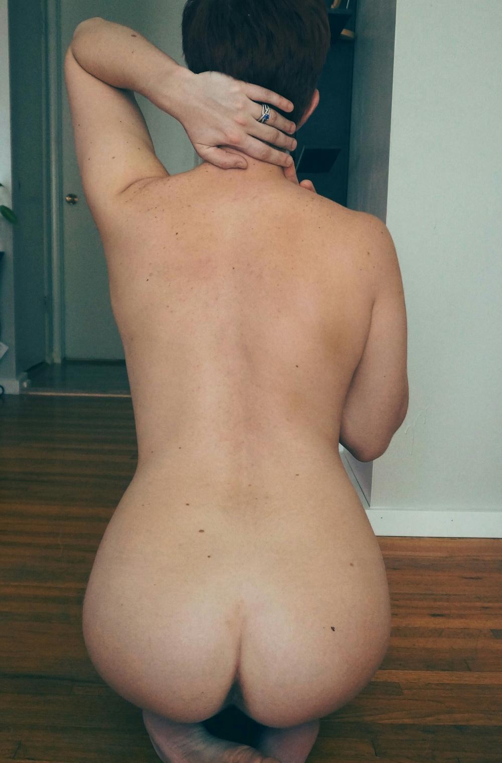 Девушка в очках фотографируется голенькая перед зеркалом