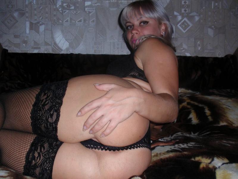 Блонда показала лысую киску и взяла за щеку