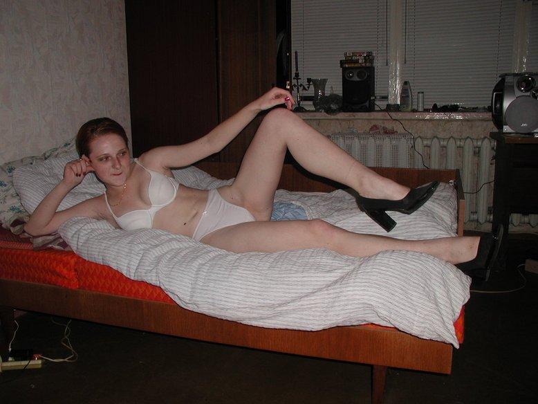 Рыжая давалка в обнаженном виде отдыхает на кровати