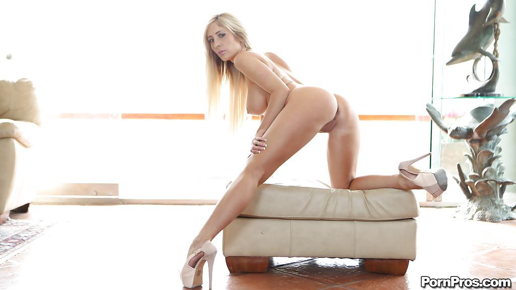 Блондинка с красивым телом на пуфе разделась полностью