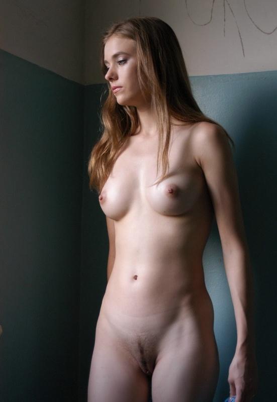 Молодая сучка голышом позирует на лестнице