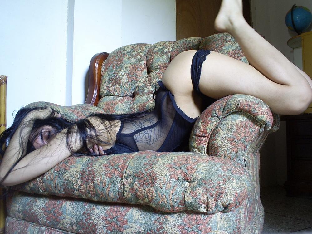 Девушка с гор позирует голышом в своей квартире