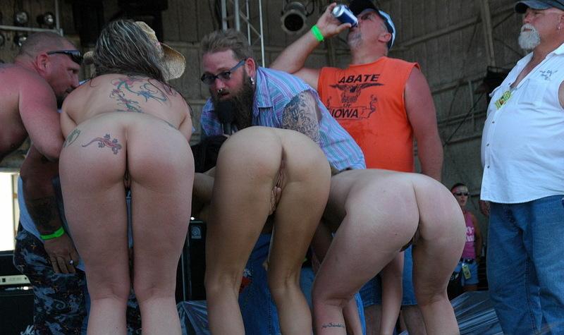 Голые мамки развлекаются с бородатыми мужиками на фестивале
