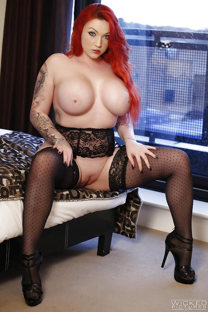 Рыжая толстушка стянула трусики и показывает прелести на кровати
